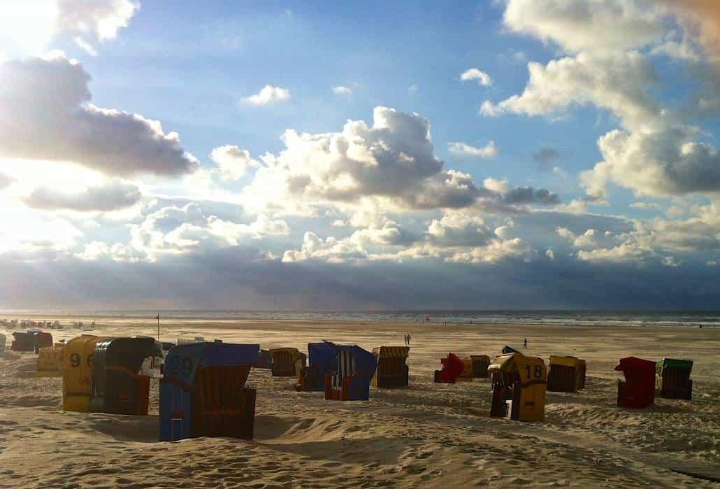 Strandkörbe im Sonnenuntergang auf Juist – Urlaub/Ferien auf der Insel