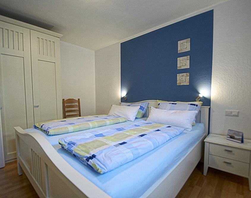 Schlafzimmer mit Doppelbett – FeWo Alte Liebe auf Juist – Urlaub/Ferien auf der Insel